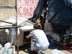 Pacientes do Caps Reviver de Caxias produzem casinhas para cachorros de moradores de rua Andréia Copini/Divulgação