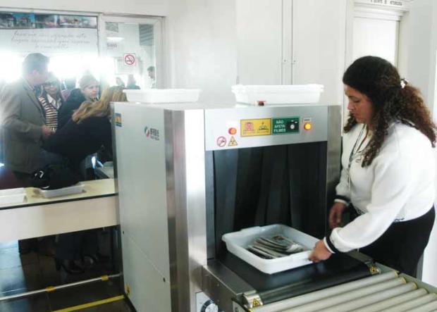 Imagens Raio Aeroporto : Inspeção de bagagens mão no aeroporto caxias voltará